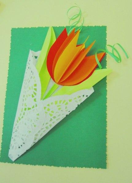 ПОДЕЛКА БУКЕТ ДЛЯ МАМЫ Вам понадобится: цветной картон для изготовления основы открытки, цветная офисная бумага, кружевные салфетки, ножницы, клей, степлер. Вырезаем 5 заготовок для цветка.