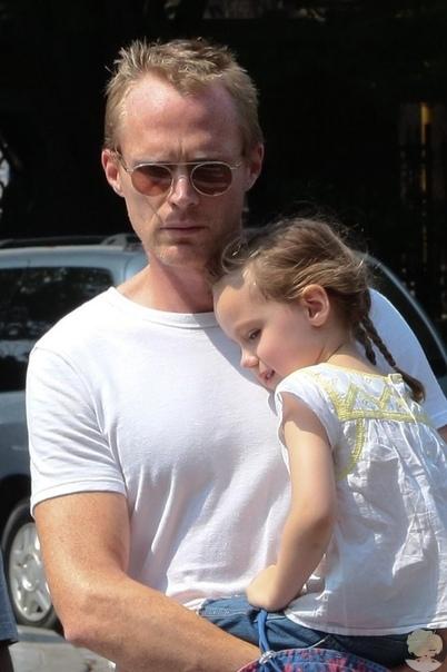 Дженнифер Коннели и Пол Беттани с дочерью Агнес. Дженнифер Коннели родила дочку Агнес Ларк в браке с Полом Беттани в 2011 году. У них также есть общий сын Стеллан,который родился в 2003 году, и