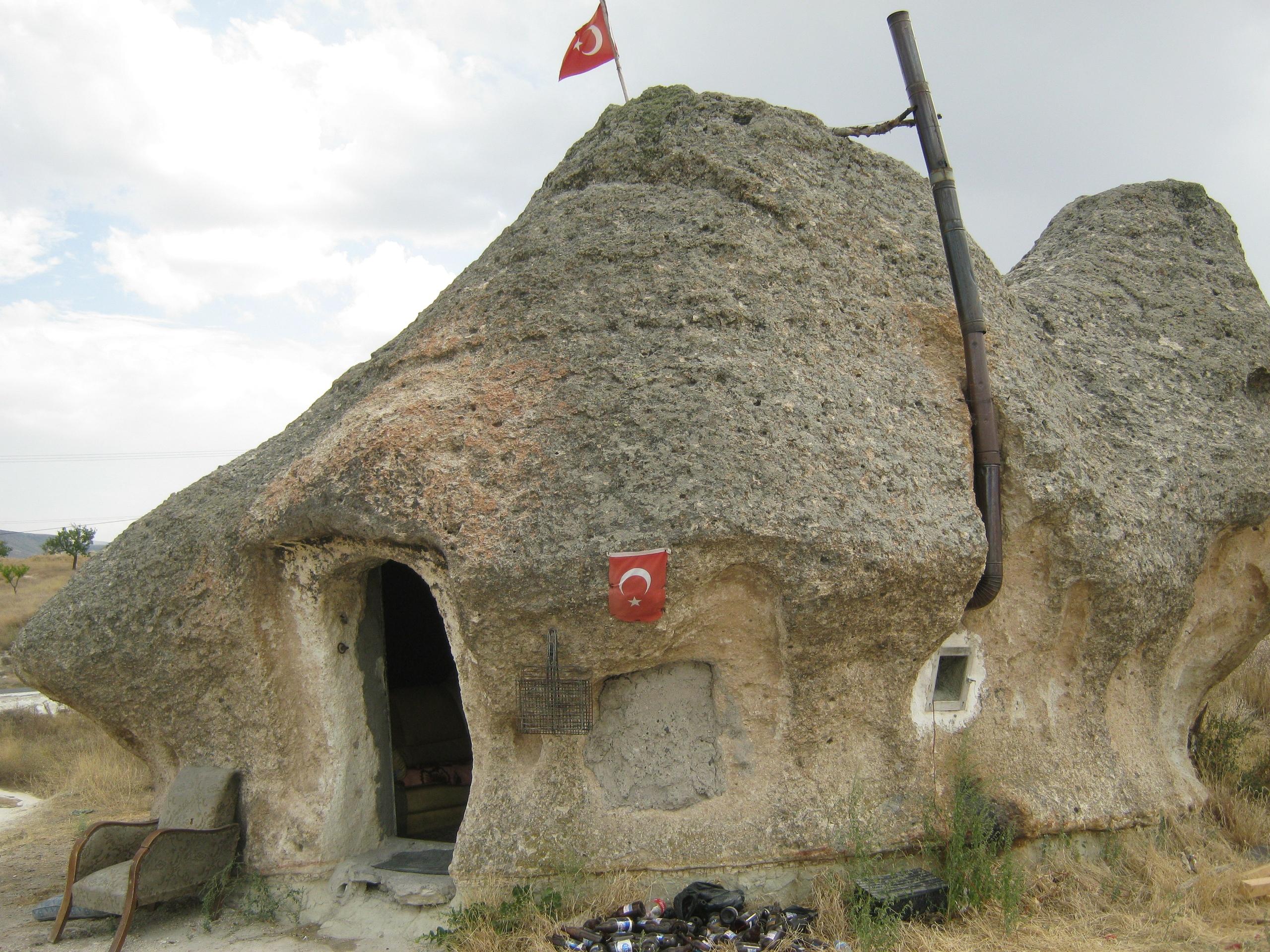 Древние пещеры в Каппадокии используются в качестве