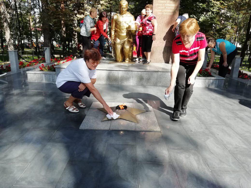 Участники проекта «Московское долголетие» из Некрасовки привели в порядок памятник