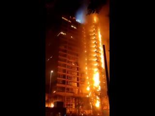 Протесты в Чили продолжаются В столице введен режим ЧП. Из-за повышения цен на электричество, сейчас подожгли символ Сантьяго,