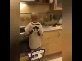 Какой молодец  Самостоятельный мальчик, сам себе завтрак приготовил