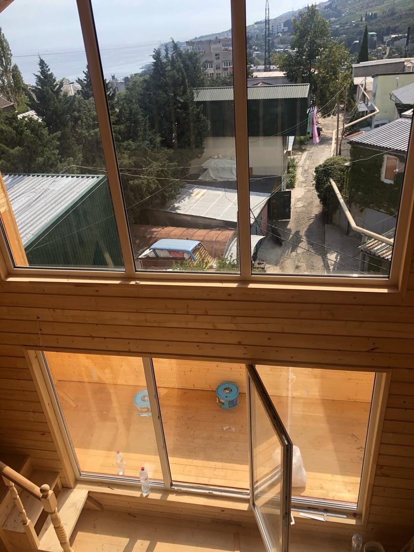 Вид со второго этажа дома на гостиную