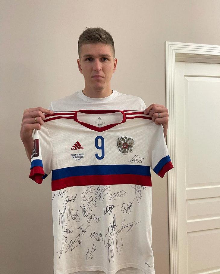 Соболев продал футболку, в которой забил первый гол за сборную России. Деньги пойдут на протез для девочки
