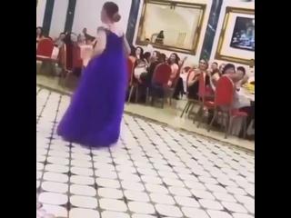 Хитом соцсетей стал танец подружки невесты в Нальчике 💃🏻 Девушка по имени Татьяна вызвала бурю эмоций у пришедших на банкет гост