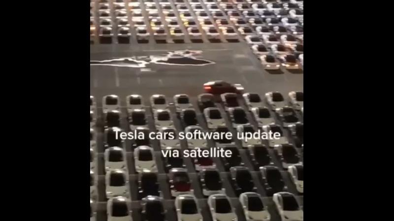 💥Как обновляются тысячи Tesla Сотрудник завода снял обновление ПО на заводской парковке. Будто снова Новый год.