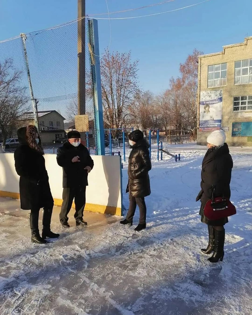 В Петровске начали заливать школьные ледовые площадки и каток около Дома физкультуры