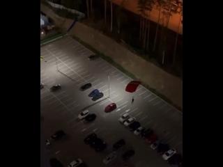 Парашютист прилетел в машину