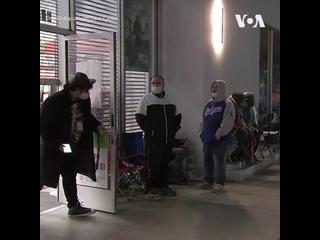 В США проходит день массовых распродаж – «Черная пятница». Несмотря на пандемию во многих магазинах выстраивались длинные очеред