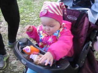 Вероника кормит кукол=)