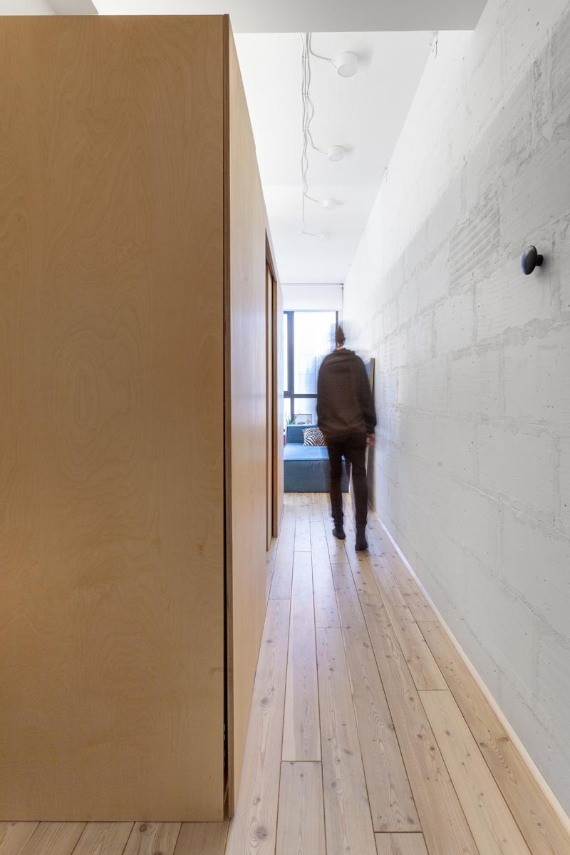 Как вам такая организация пространства со спальной зоной между санузлом и кухней-гостиной?