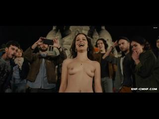 NiP-OON-видео – голая девушка привлекает к себе внимание, пока её сообщник обносит карманы на людном празднике