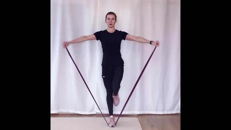 Фрагмент силовой тренировки Амплитуда подъема рук будет зависеть от эластичности вашей резины Можно усложнить встав на Босу и