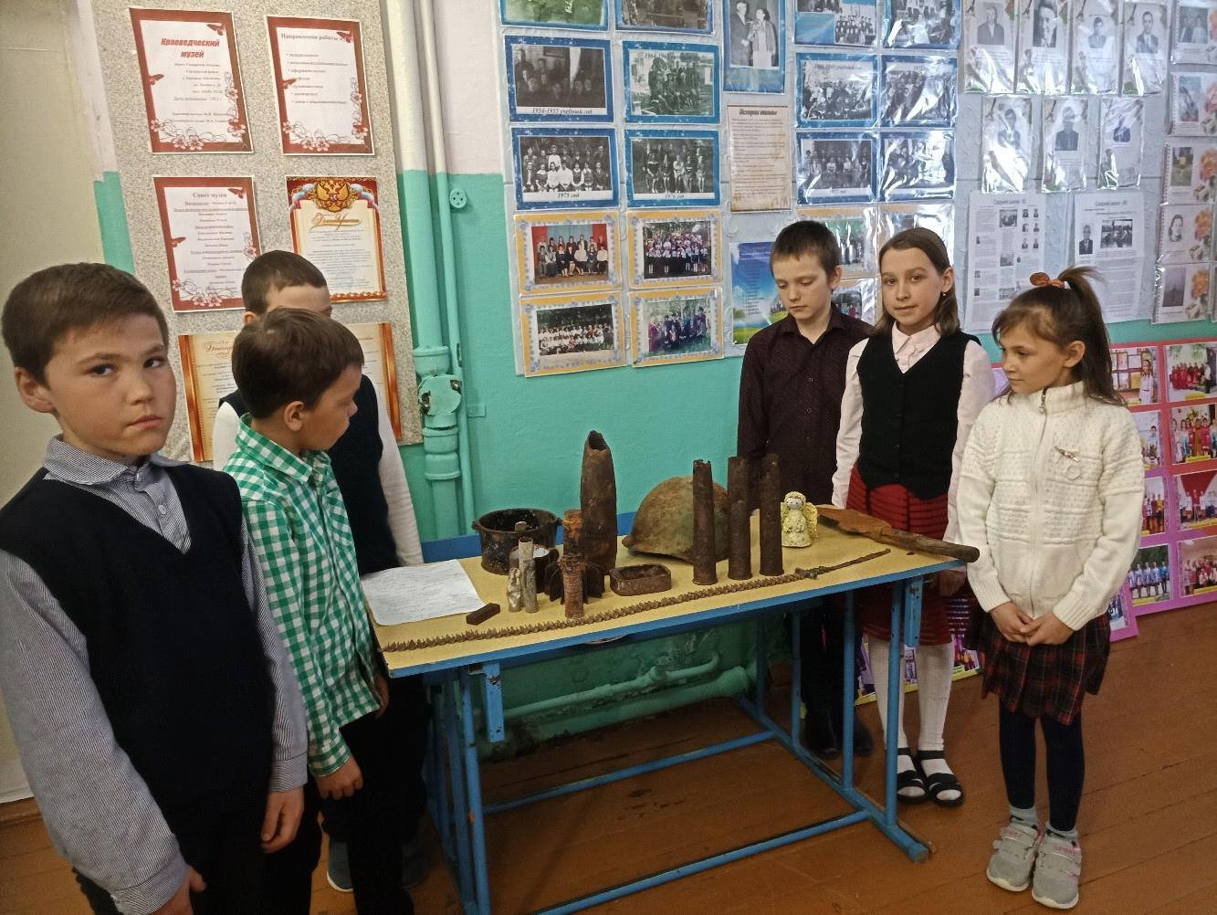 Ученики в школьном музее