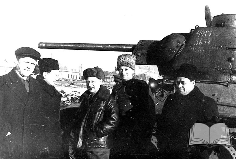 """И.М. Зальцман и Ж.Я. Котин (стоят в центре) на фоне главного танка Красной Армии. При всей неоднозначности фигуры Зальцмана без его """"пинков"""" САУ еще бы не один год доводили до кондиции. Да и в истории выпуска Т-34 его роль далеко не последняя."""