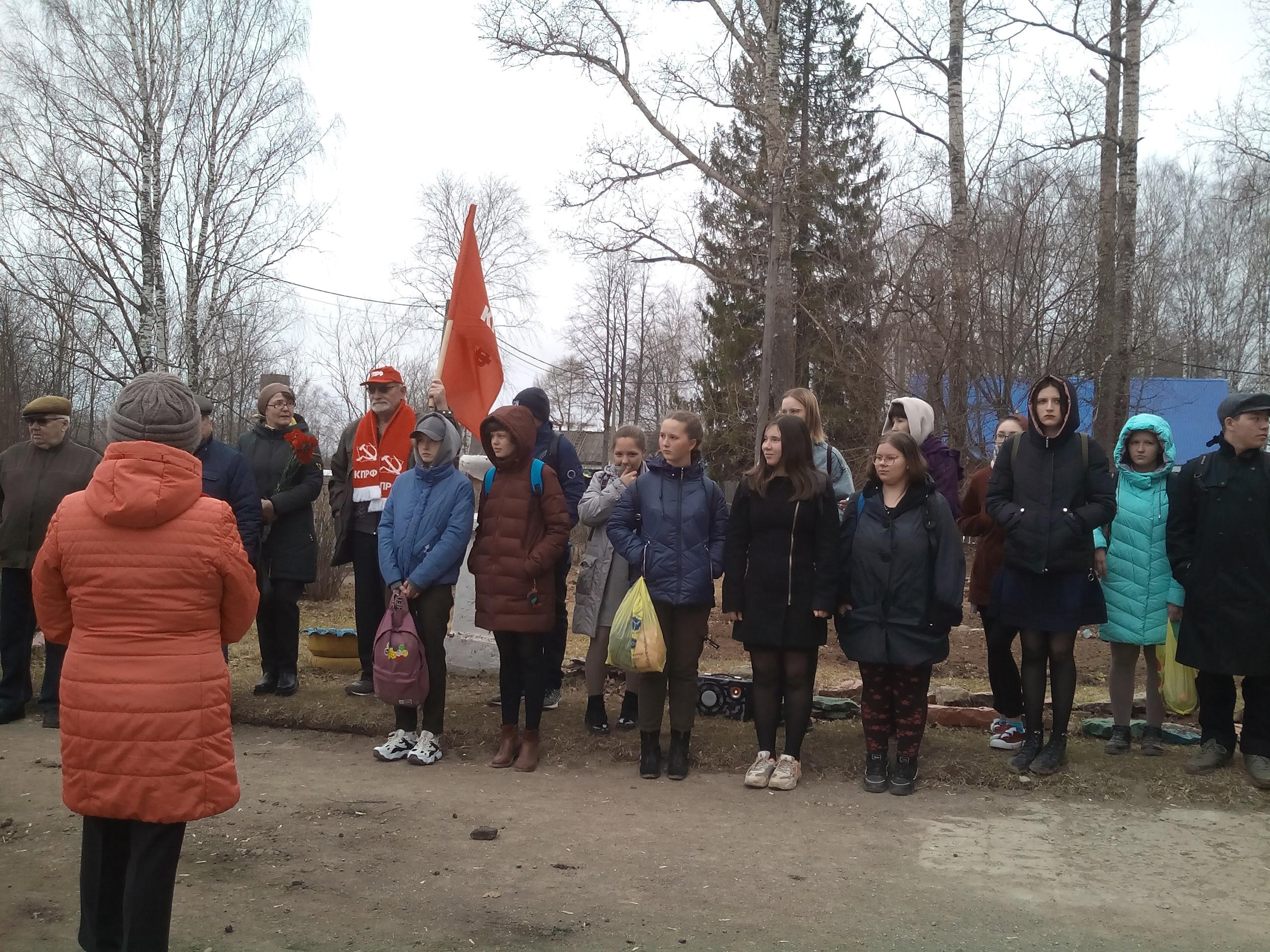 Возложение цветов к памятнику Ленину в Зуевке