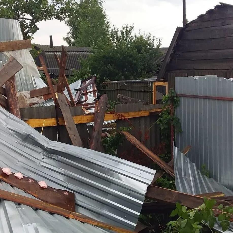 Шквалистый ветер повредил крыши нескольких домов в Петровске