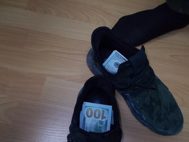 Под Таганрогом в кроссовках гражданина Украины обнаружили 20 000 незадекларированных долларов