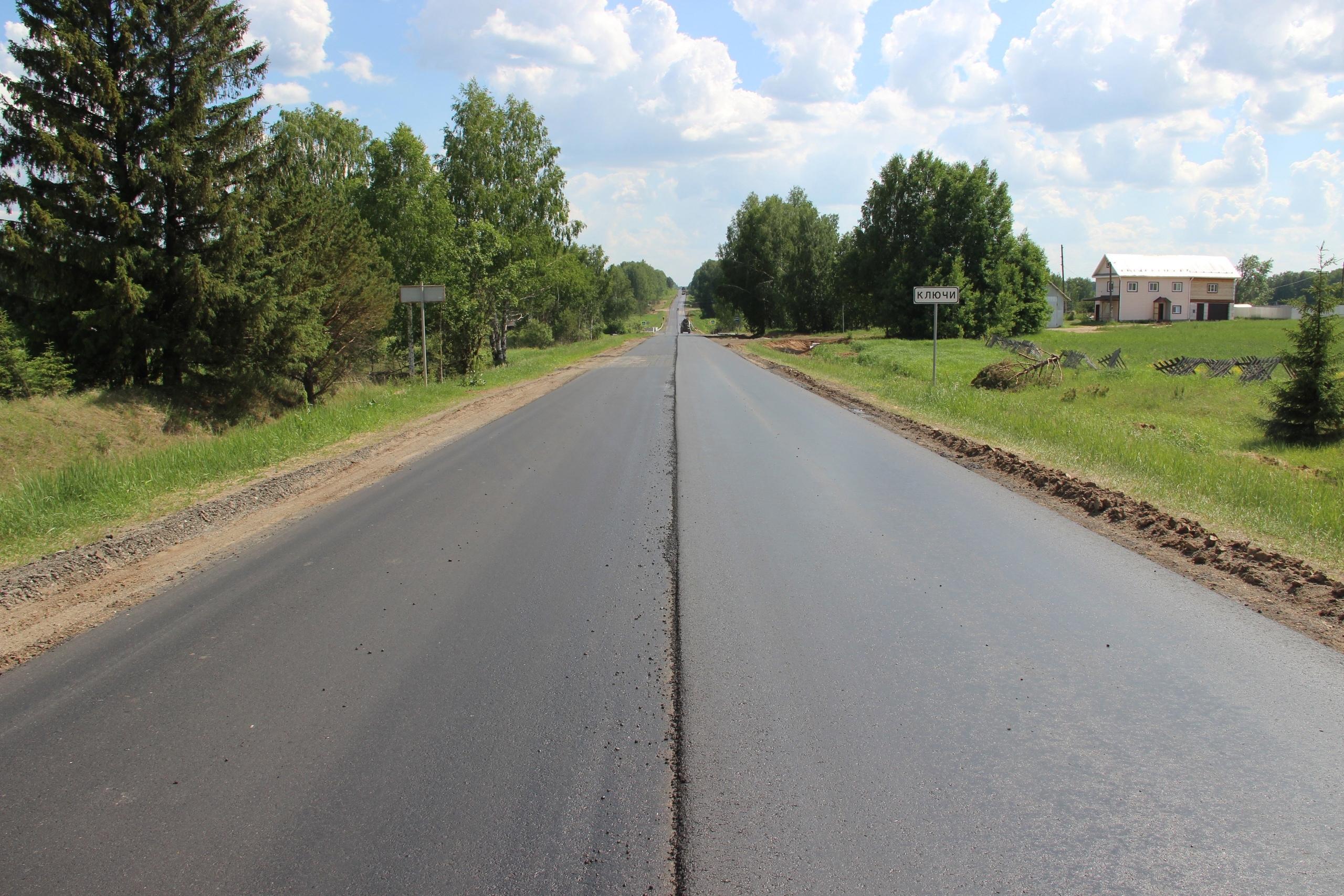 На участке трассы Можга - Вавож укладывают