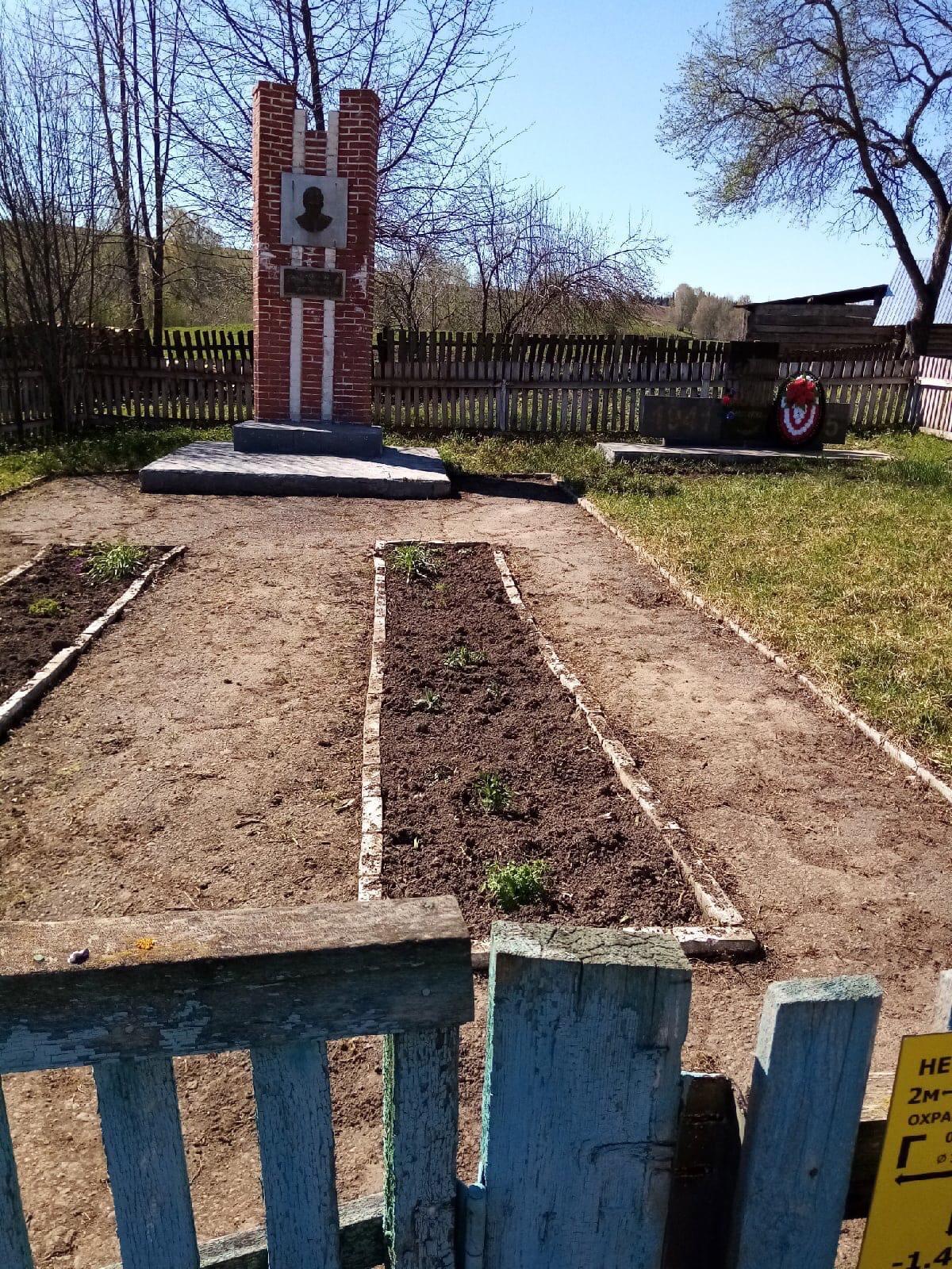 Жители деревни Акаршур благоустроили территорию памятников удмуртскому