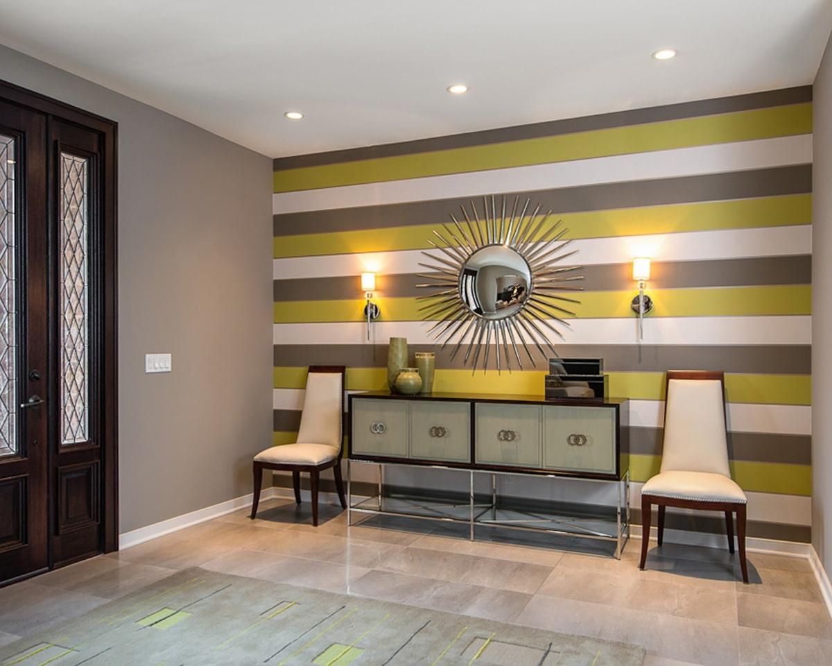зелено серые горизонтальные полосы на стене