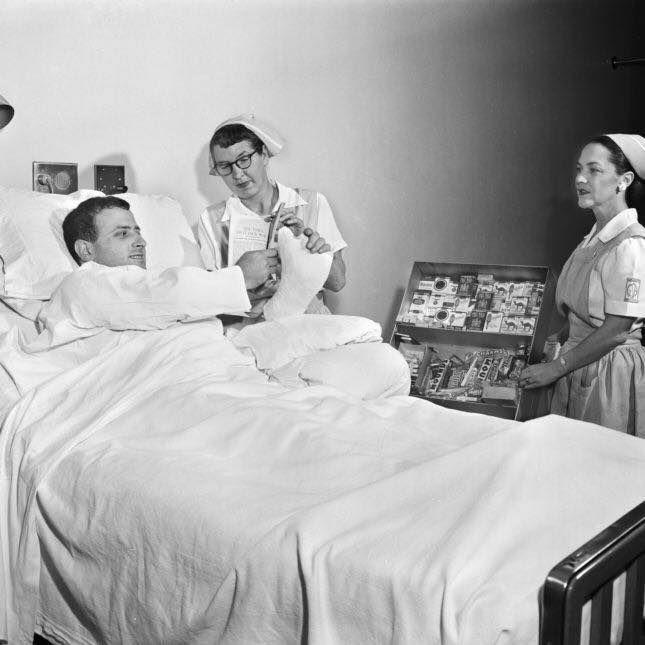 Продажа сигарет в больнице, США, 1950-е.