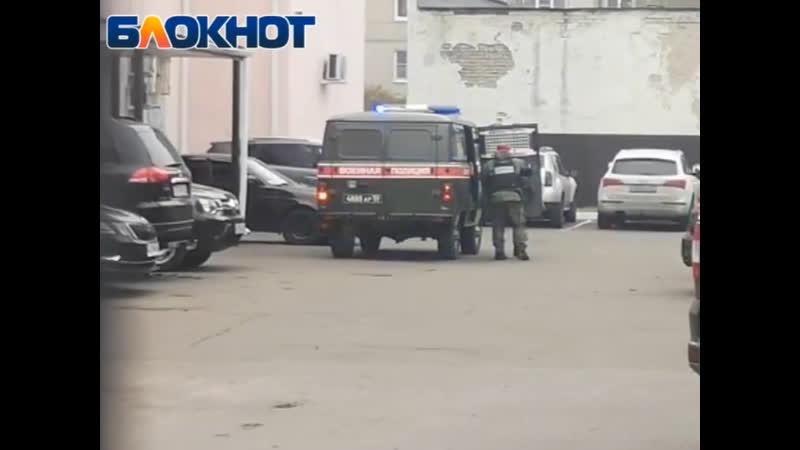 В наручниках со взглядом в пол расстрелявшего сослуживцев срочника доставили в суд в Воронеже