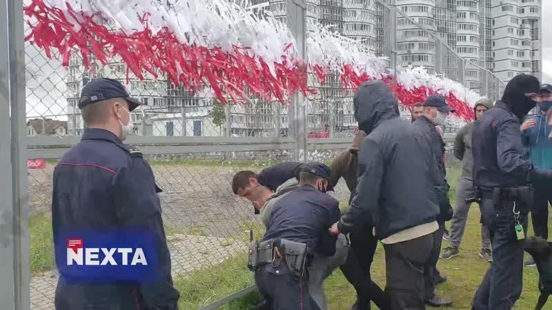 В Минске местный житель вышел поговорить с людьми которые срезали белые и красные ленты В итоге неизвестные его куда то увели