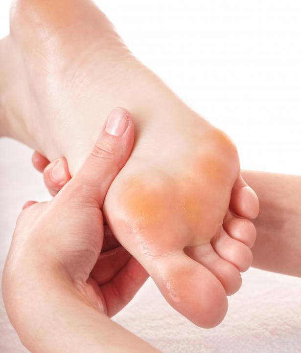 Рефлексология считается неинвазивной формой масссажа.