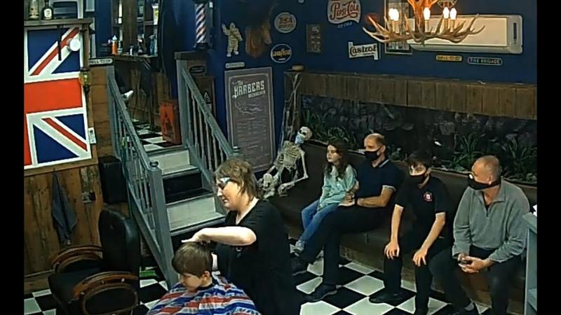 COVID 19 в UK Парикмахерские при среднем уровне тревоги маски шутки и скелет амулет Barber Shop