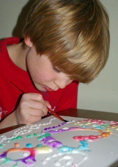 РИСУЕМ КЛЕЕМ И СОЛЬЮ Если вашему малышу надоели обычные краски и карандаши, попробуйте предложить маленькому художнику новый способ рисования с помощью соли и клея. Вы будете удивлены, сколько